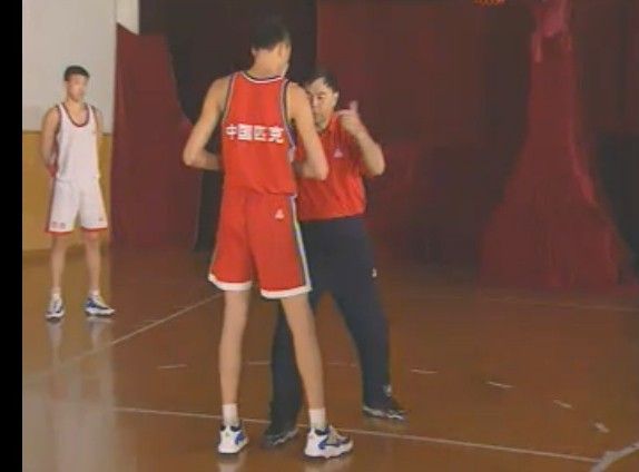 篮球规则 防守 脚放到对方两脚之间算不算犯规