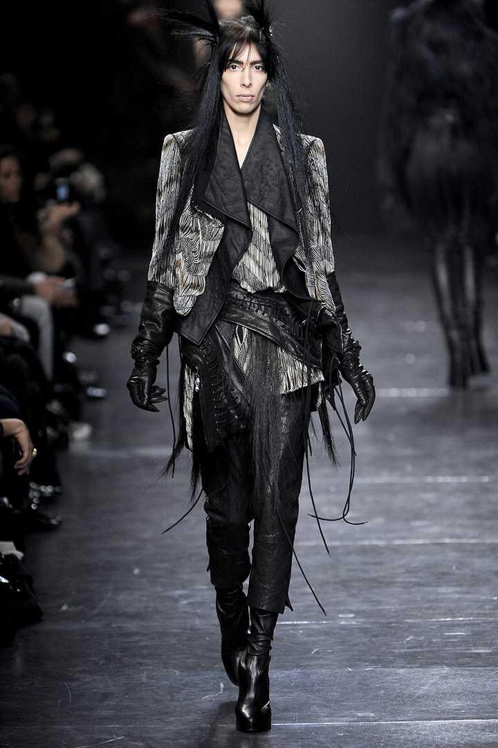 为什么服装设计师设计的女性服装都那么呆板而没有线条?
