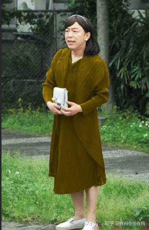 淡黄的长裙蓬松的头发