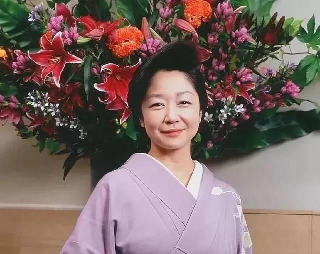 名校毕业却当了31年陪酒女,日本第一妈妈桑