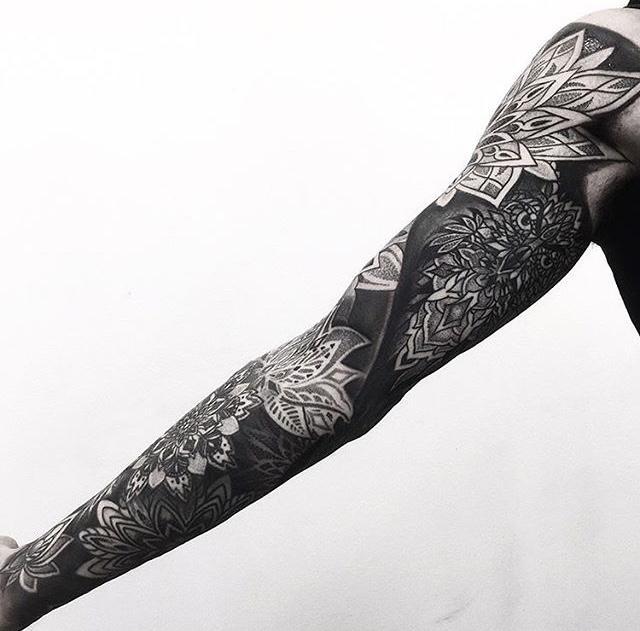 黑臂是非常能出效果的一种纹身. 可以说是国外摇滚硬汉的造型标配了.