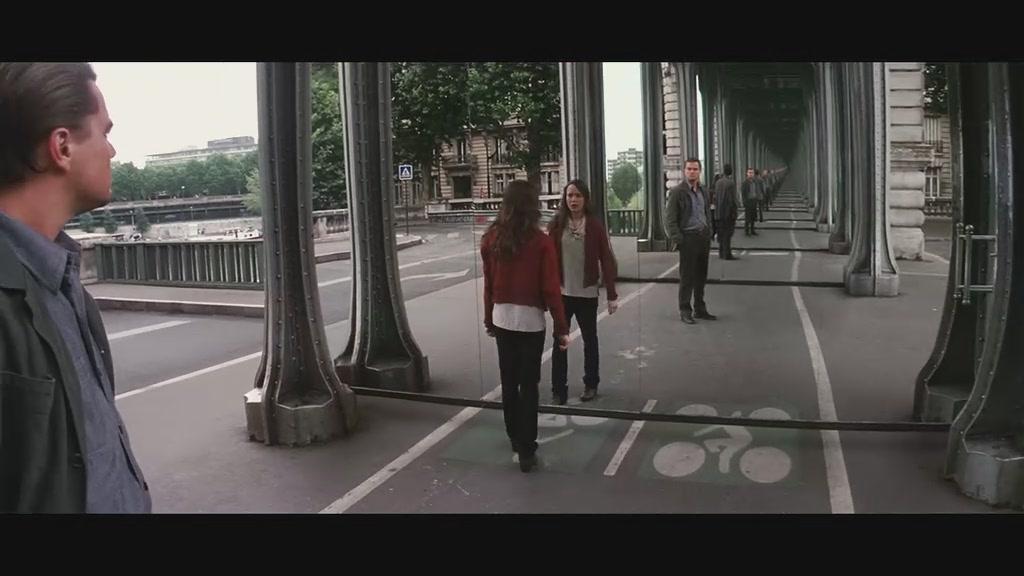 视频与手机电脑通话,视频摄像头对着电脑上的朵手机阿图片