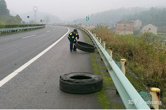 ...未及时清理的障碍物发生的事故,高速护栏和拖车费用保险公司会...