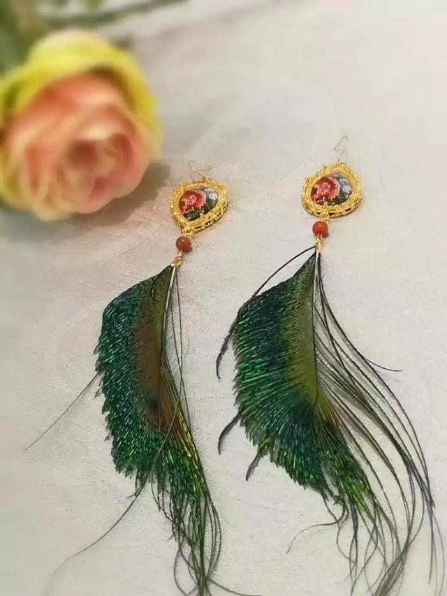 将少数民族的粗狂与海派创新绒绣的细腻相结合该作品荣获第12届(义乌图片