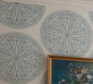 下图,古典风格+趣味的圆圈圈图案壁纸,是sanderson的一款中高端价位
