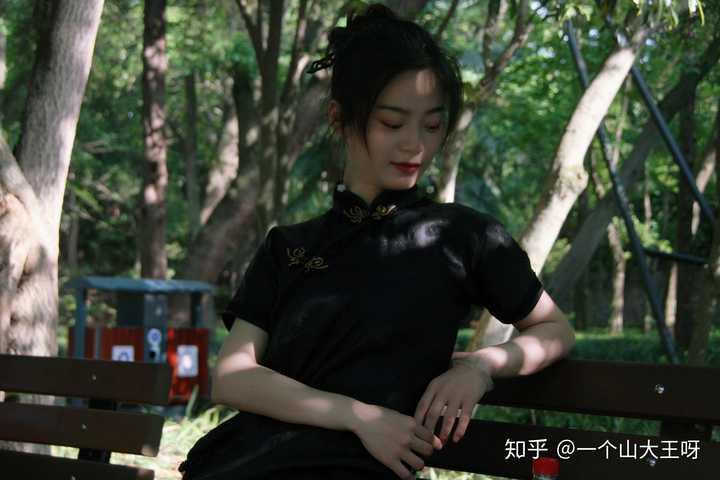 旗袍该怎么配发型,头发不长不短,没有刘海,发质不好也没办法披着,还是个手残党,该不该穿呢?