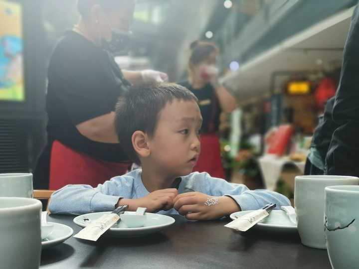 大人玩手机让孩子在一边自己玩,跟大人看书让孩子自己玩两者有区别吗?