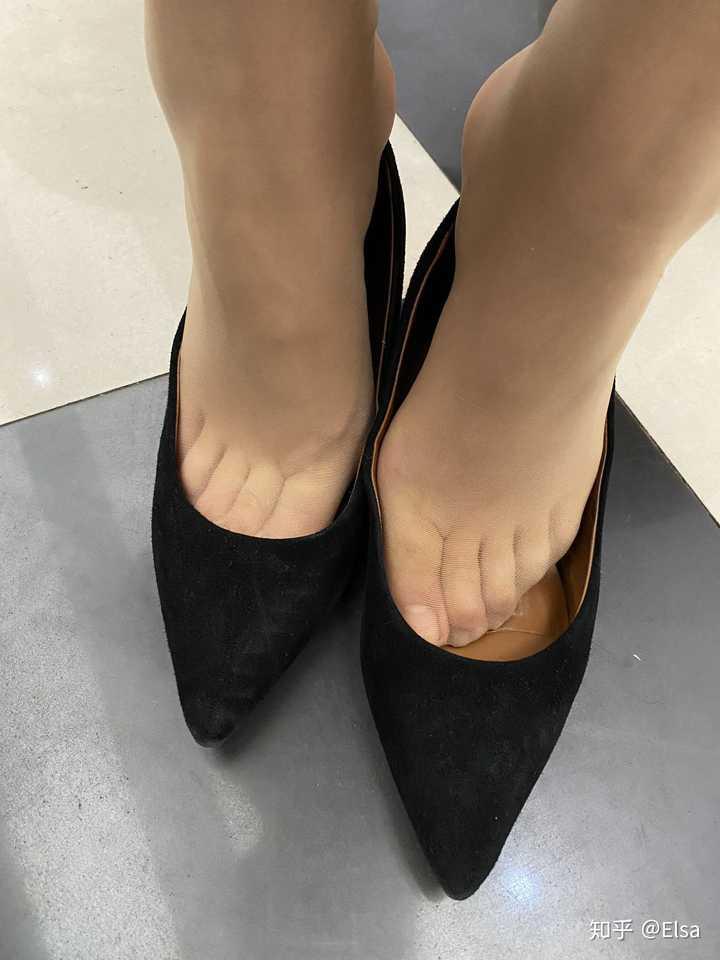 脚背好看的女生,脚底也好看吗?