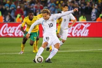正脚背射门的触球位置。