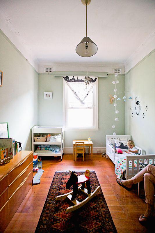 微博上做过一个关于儿童房的调查,发现儿童房的收纳、如何让房间充满童趣、可以有哪些儿童床以及儿童房该用什么样的灯这四个问题,是最令父母们困扰的。确实在儿童房的装修设计中有很多问题,南京东易日盛装饰下面和大家说说儿童房装修设计常见问题处理方法及建议(内含效果图)。