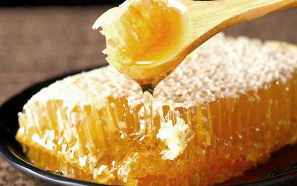 蜂窝状胶水表面可以吃吗?蜂蜜蜂蜜可以直接吃吗?