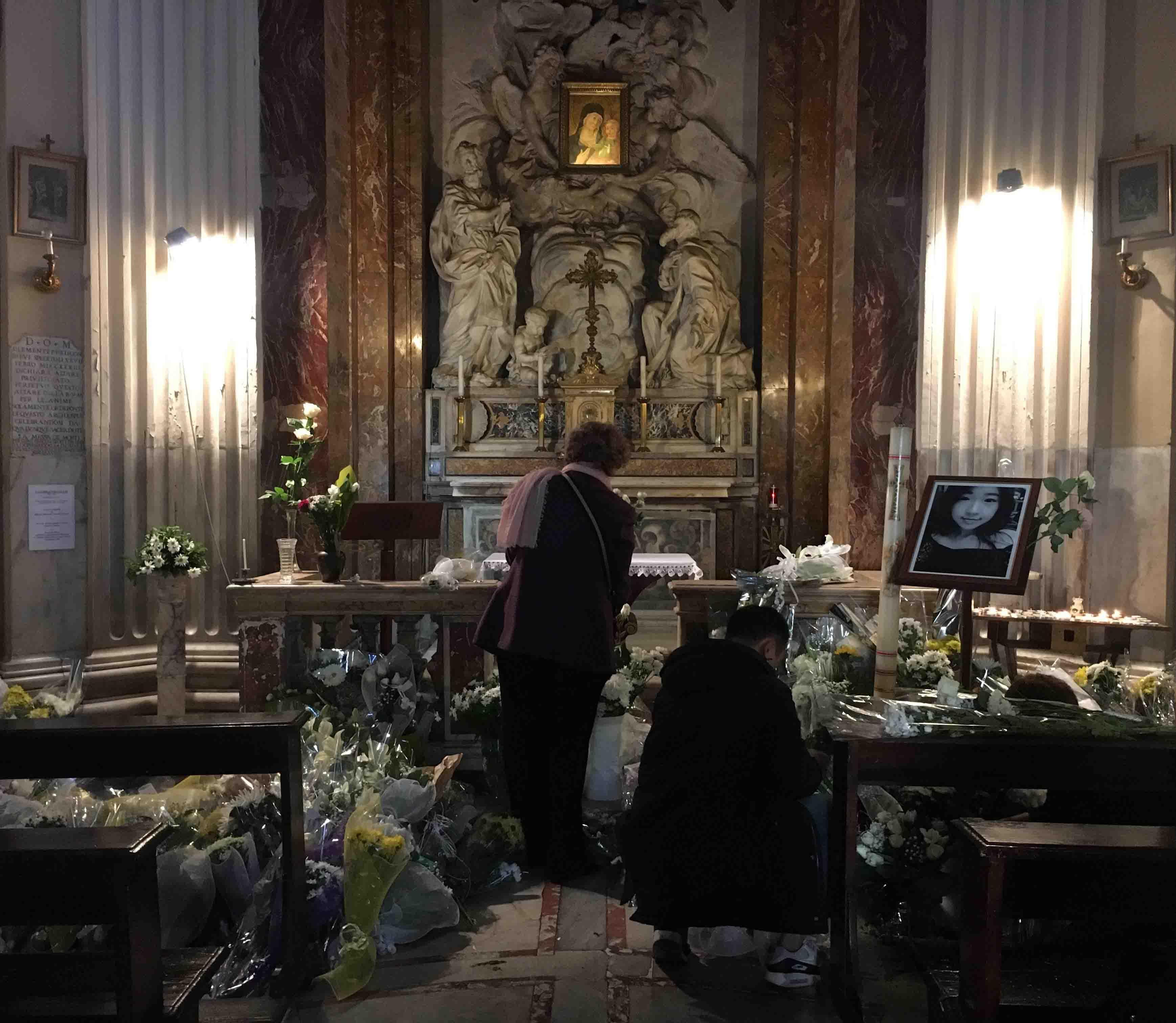 中国 罗马/纯白的鲜花堆满教堂,学校寂静无声,沉默、久久的沉默,悲痛与...