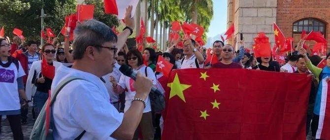 """逾千名香港市民""""快闪""""唱国歌,高喊""""炎黄子孙,团结一致""""!"""