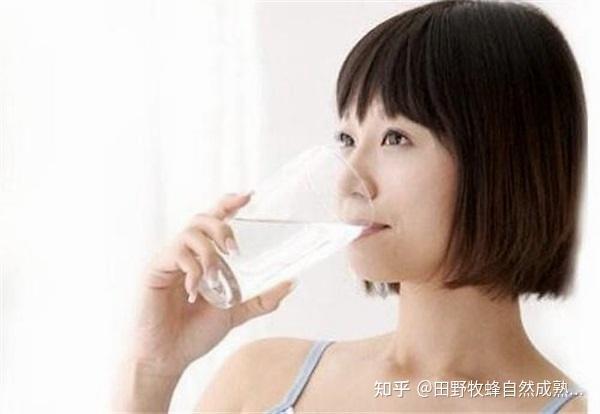 女性睡前喝蜂蜜水吗?喝蜂蜜的最佳时间如何?