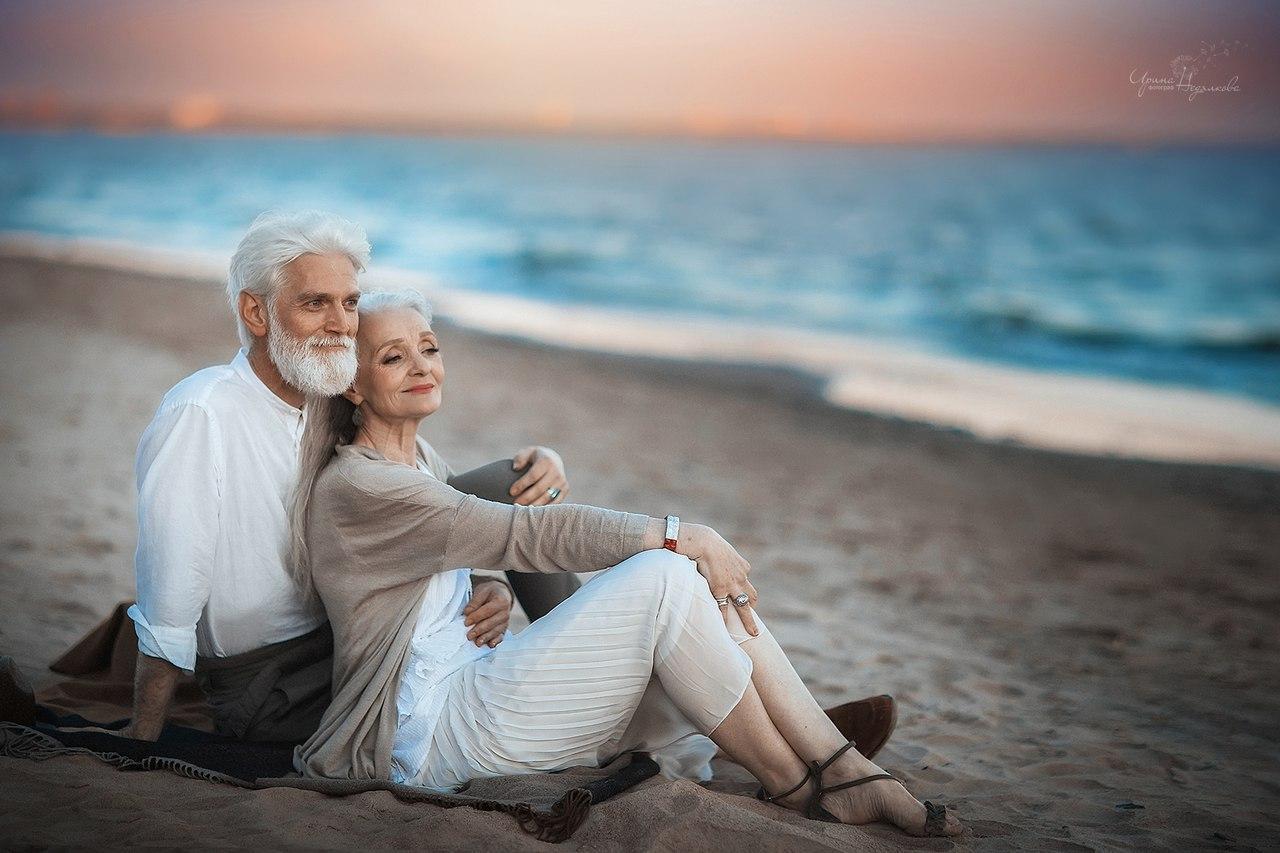 怎样贴假睫��!��-_刷爆朋友圈的老年情侣照,其实是一组摆拍,两位老模特互不
