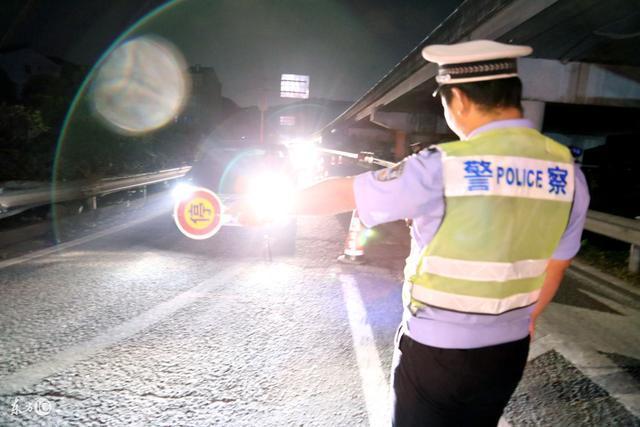 为什么晚上开车要关掉驾驶室的灯?