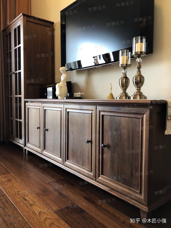 家具是黑胡桃木,要如何搭配地板和墙壁?
