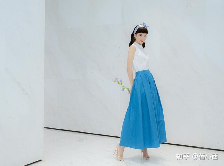 金晨复古风的蓝色+白色怎么穿更时髦?看完你就知道了插图5