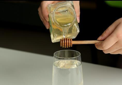 蜂蜜水與芝麻一起吃飯嗎?蜂蜜水有什么好處?