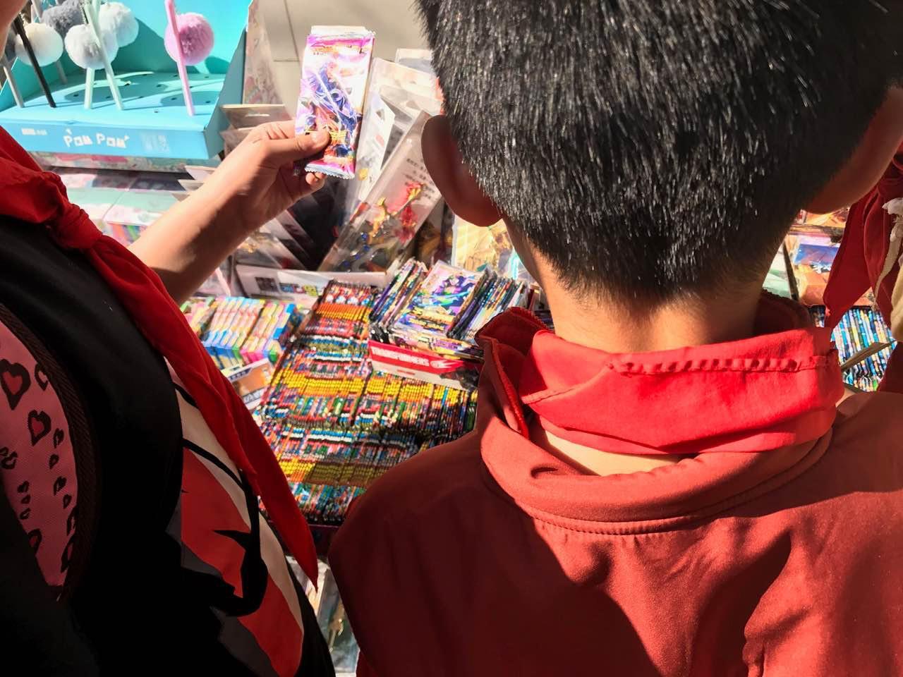 市面惊现《王者荣耀》实体卡牌,一块钱8张!小学生已经玩疯了!