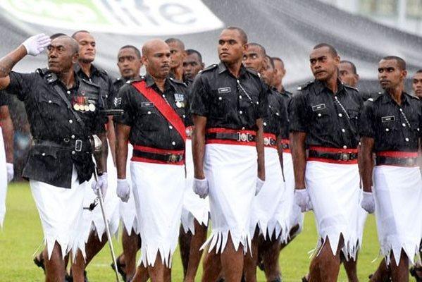 白短裙,大羽帽,超低胸,这民族特色军服我服!