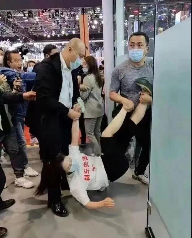 上海车展特斯拉女车主站车顶维权被抬走,警方通报1