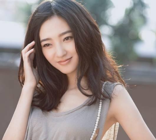 """34岁""""素颜女神""""王丽坤闪婚,老公是富商?本人发文回应:别着急"""